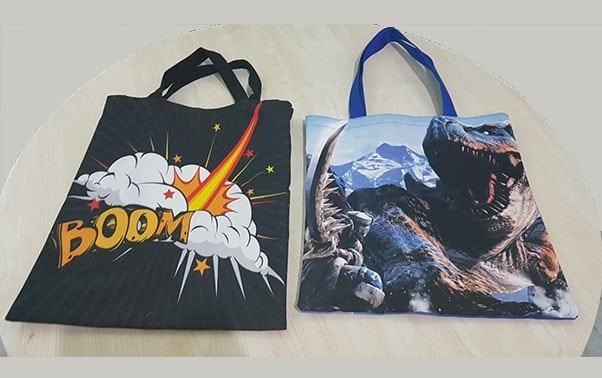 2 buah tote bag custom diatas meja