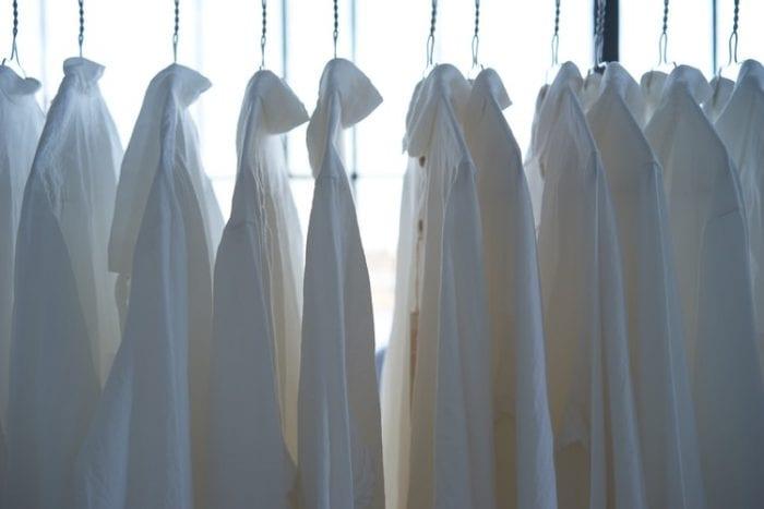 Cara Memutihkan Baju Putih yang Terlihat Kusam