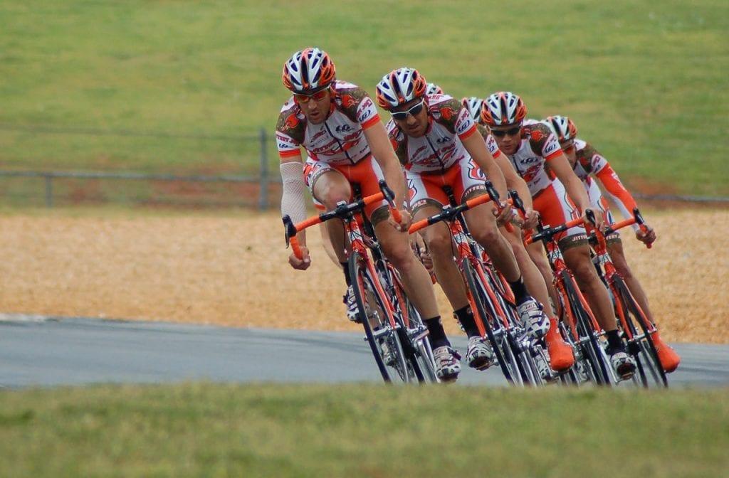 beberapa pesepeda memakai baju komunitas sepeda