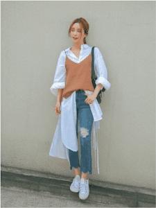 seorang wanita menggunakan baju oversize dengan Layering