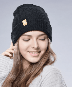 Topi merupakan aksesoris tambahan untuk menunjang penampilan