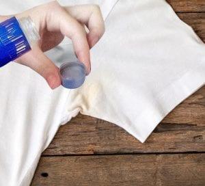 cara menghilangkan bekas deodoran di baju dengan cuka