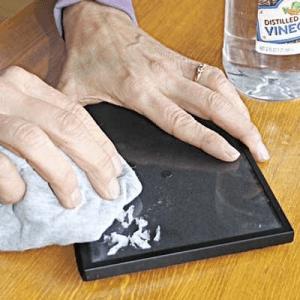 cara menghilangkan bekas stiker dengan minyak zaitun