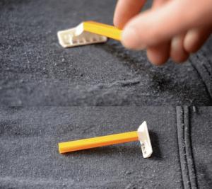 menghilangkan bulu di jaket hoodie dengan pencukur bulu atau jenggot