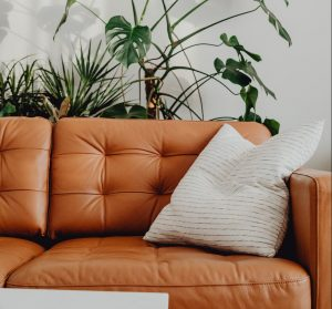 contoh sarung bantal berwarna soft monokrom pada ruangan minimalis