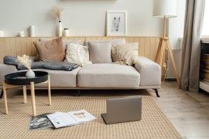 contoh sarung bantal berwarna soft pada ruangan minimalis