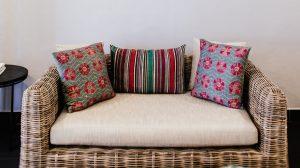 contoh sarung bantal pattern pada ruangan minimalis